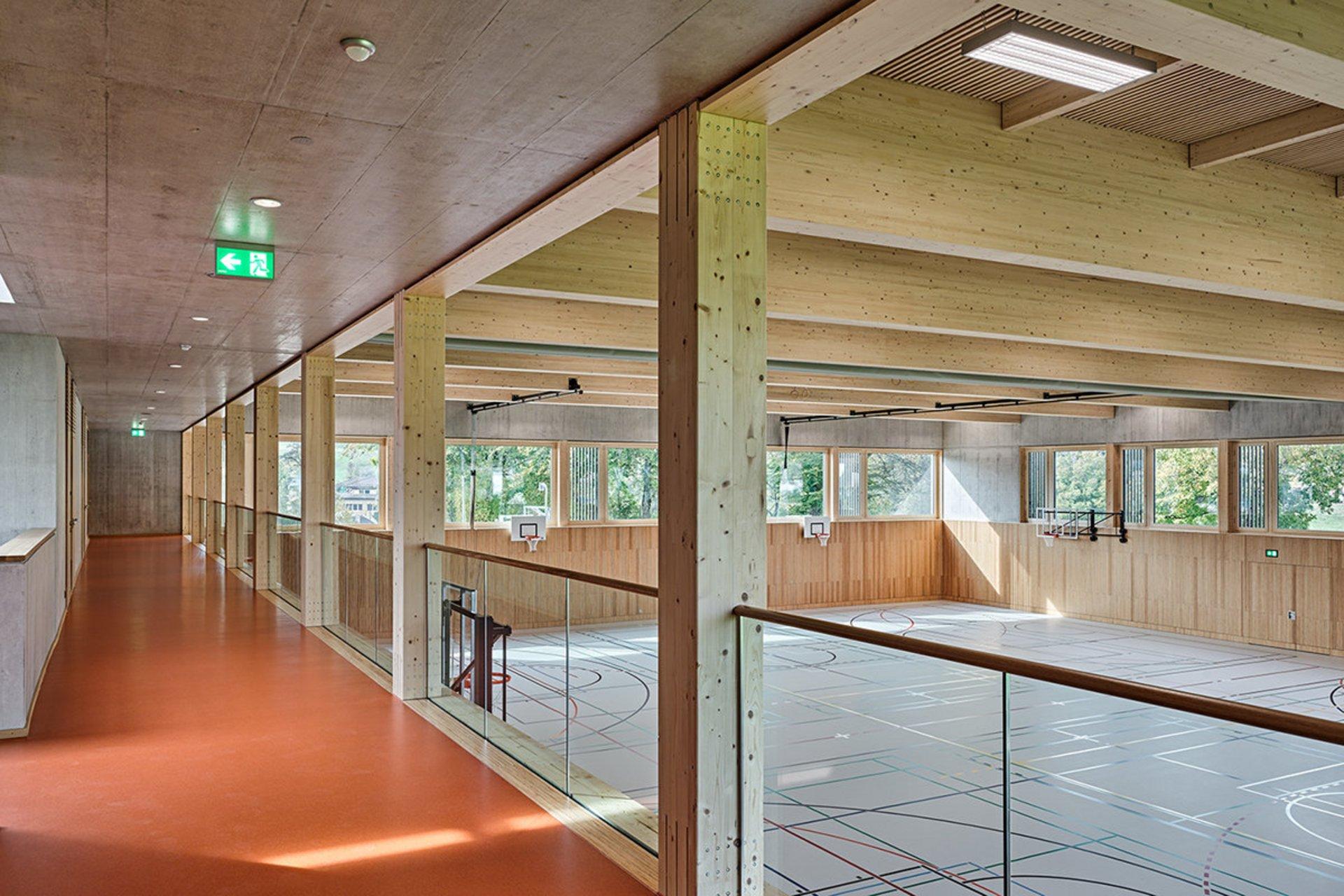 Turnhalle mit Brettschichtholz-Binderkonstruktion und Dachelementen in Schweizer-Holz