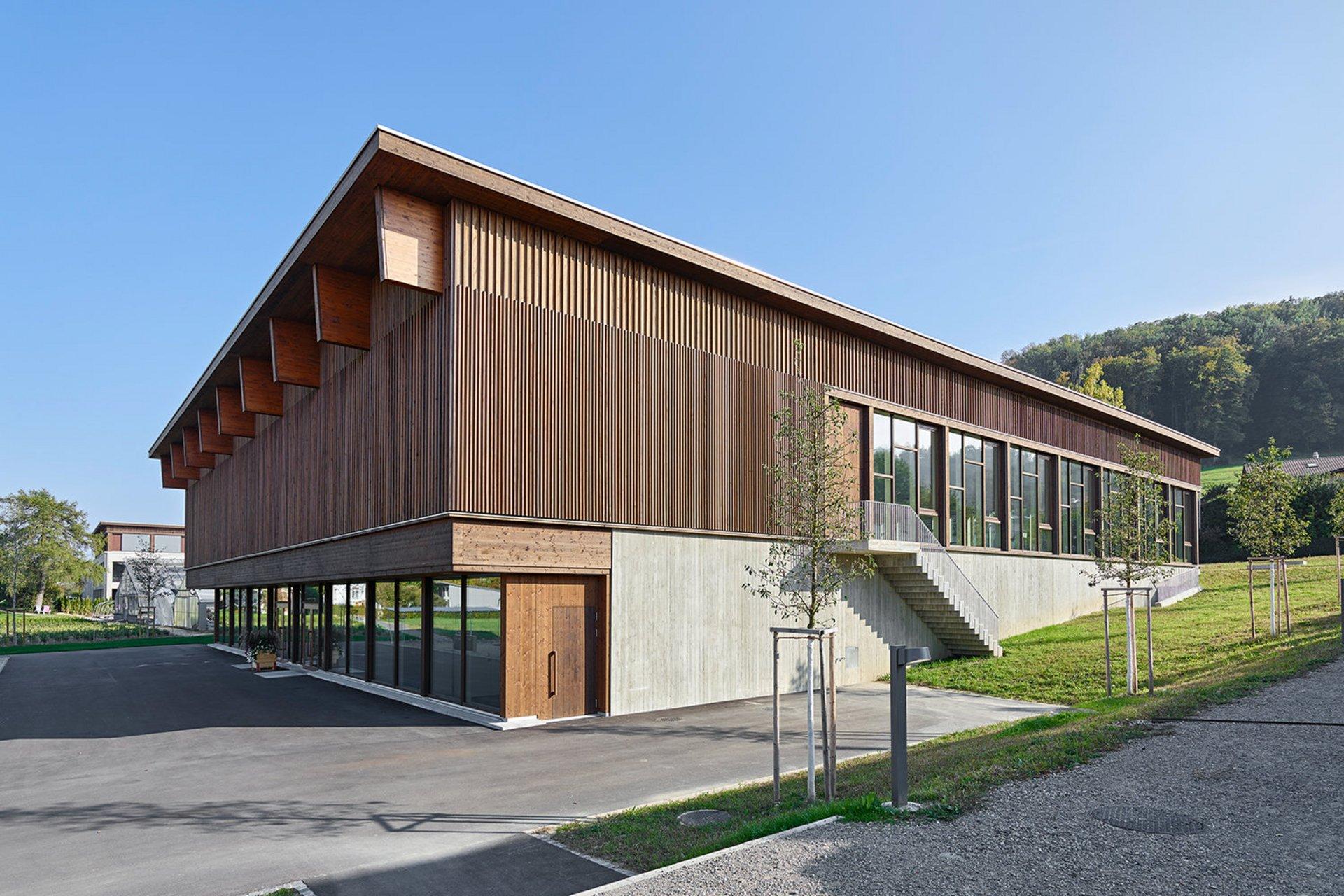 Doppelturnhalle in Elementbauweise im Minergie-Eco Standard mit einer hinterlüfteten Fassade aus druckimprägnierter Weisstannenschalung