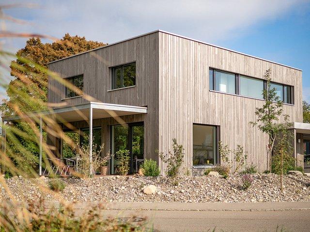 Einfamilienhaus in Elementbauweise mit vertikaler, hinterlüfteter Holzfassade