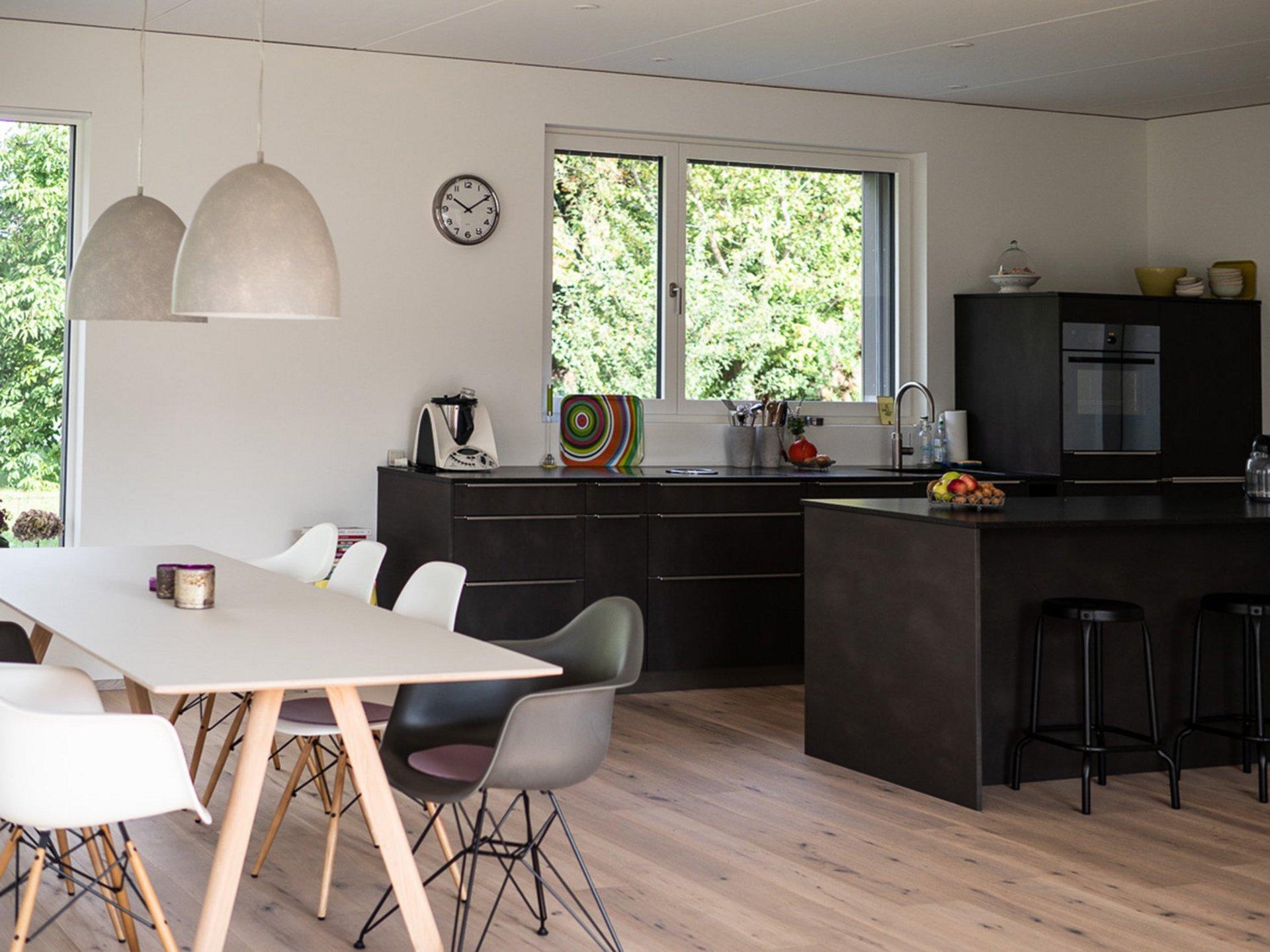 Einfamilienhaus in Elementbauweise mit Parkettboden und offener Wohnküche