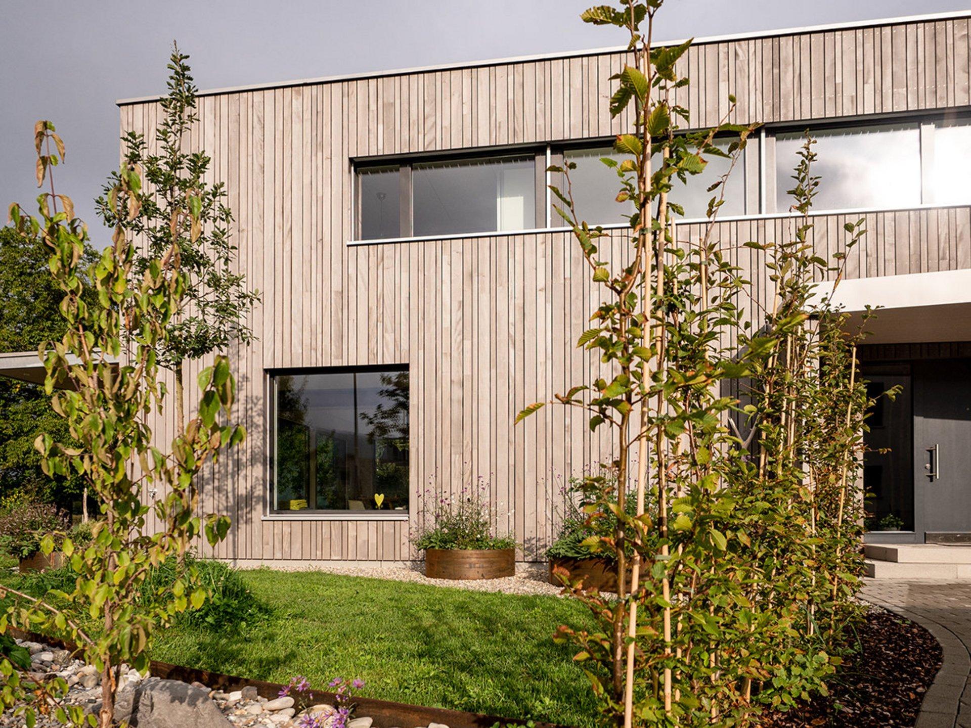 Einfamilienhaus in Elementbauweise mit hinterlüfteter vertikalmontierter Weisstannenfassade mit Effektlasur