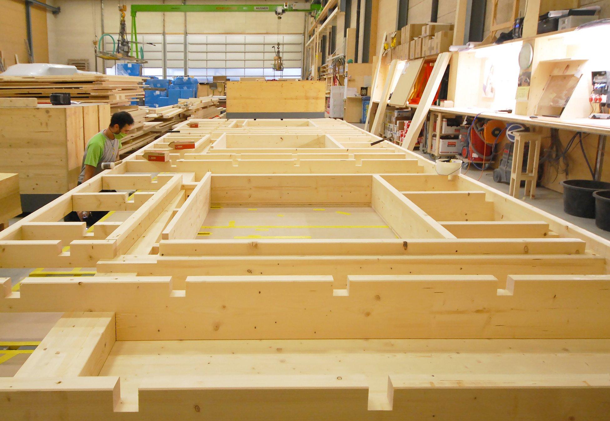 Produktion der Elemente für die Wohnüberbauung Leben im Park in der Werkhalle von HUSNER AG Holzbau