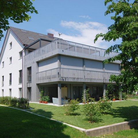 Dachkonstruktion und vorvergraute Balkonbrüstungen Windisch Neubau MFH