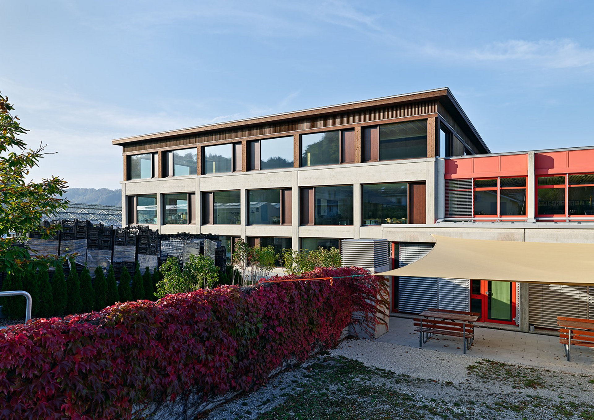 Schulhausanbau in Elementbauweise mit Fassade aus druckimprägnierter Weisstannenschalung