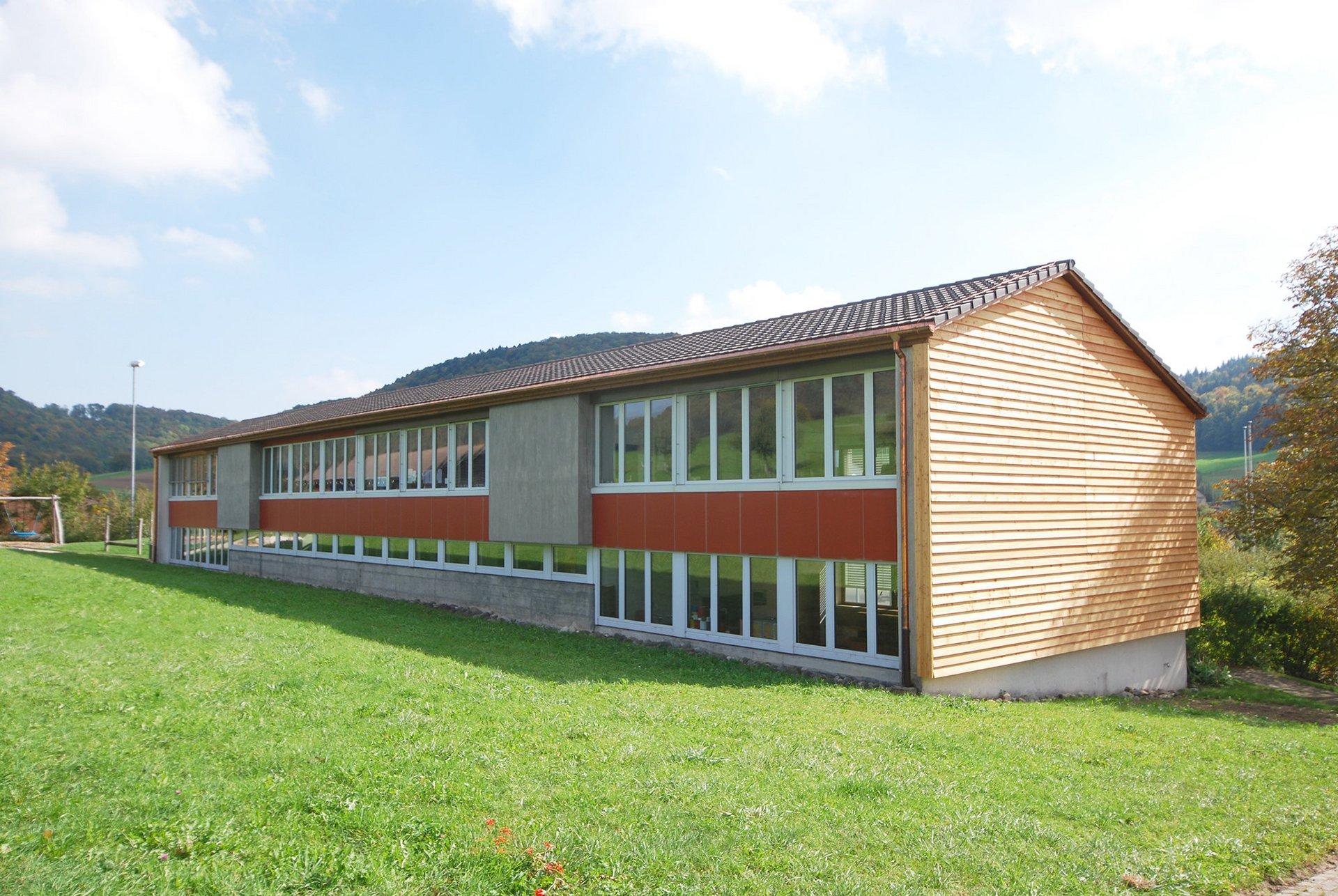Dämmung von Dach, neue Bedachung mit Tonziegel, Giebelwanddämmung und Verkleidung mit Lärchenschalung aus dem Fricktal. Photovoltaik-Anlage.
