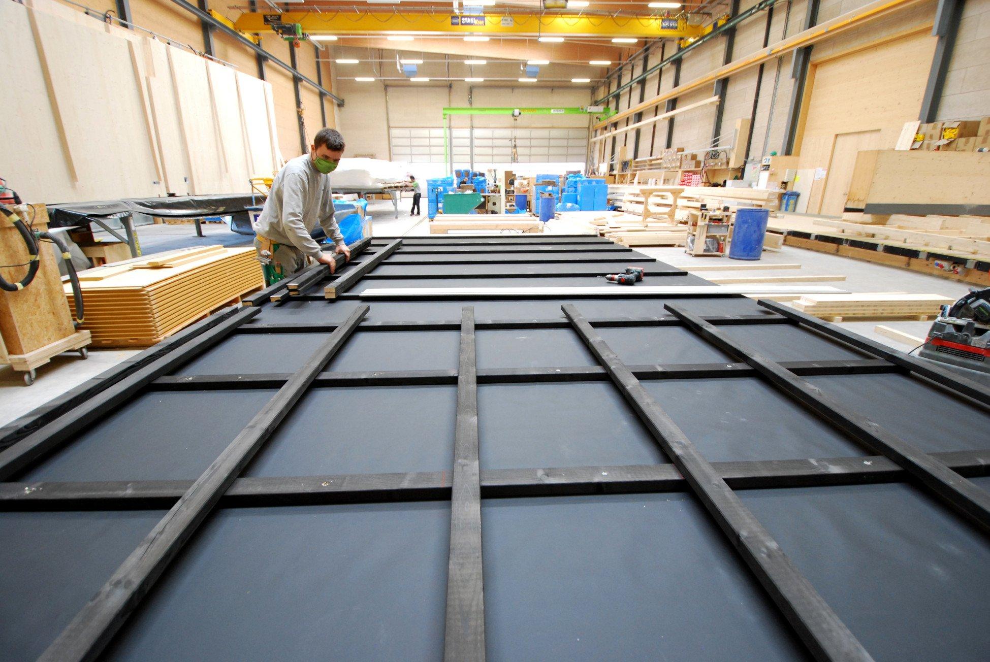 Produktion der Elemente mit Montage von Kreuzrost für die Wohnüberbauung Leben im Park in Gipf-Oberfrick in den Werkhallen von HUSNER AG Holzbau