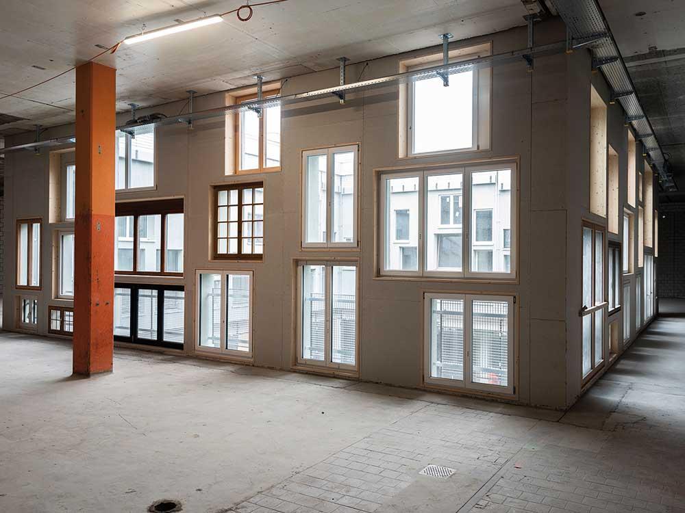 Neubau Fassade mit recycelten Baumaterialien und Fenstern