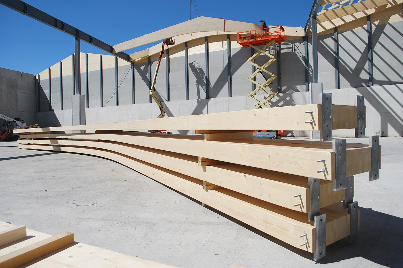 Holzleimbinder überspannen die Lagerhalle