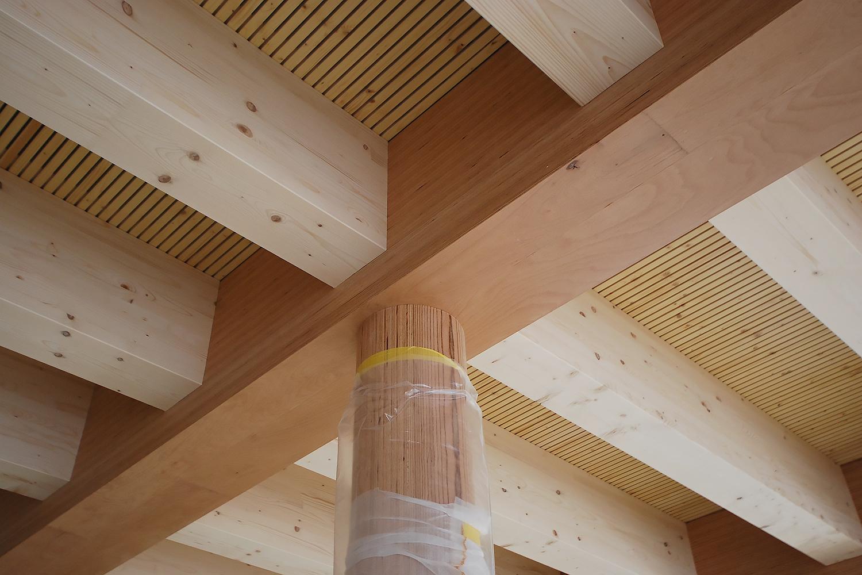 Balkenlage mit Stützen in Baubuche und Akustikelement