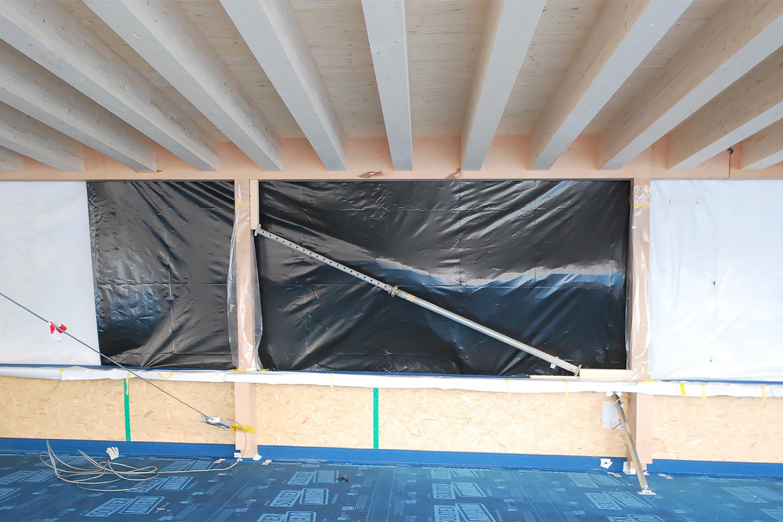 Holzbau mit sichtbarer Balkenlage und Fensterelement