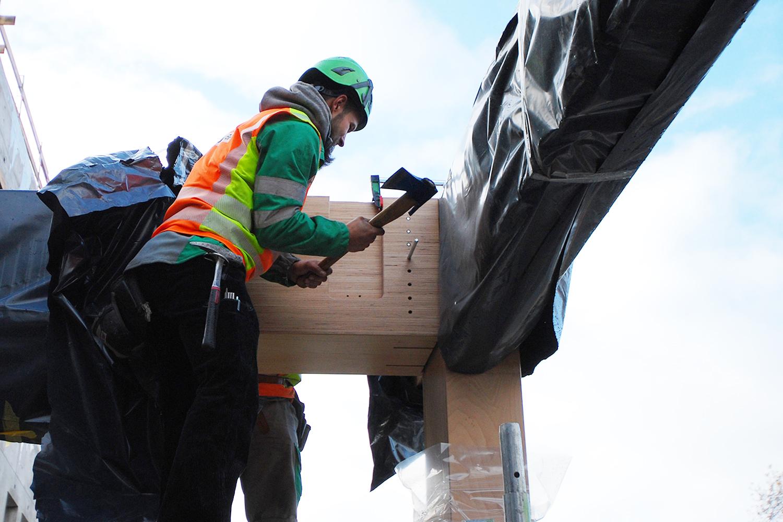 HUSNER montiert die sichtbaren Stützen und Träger in Baubuche